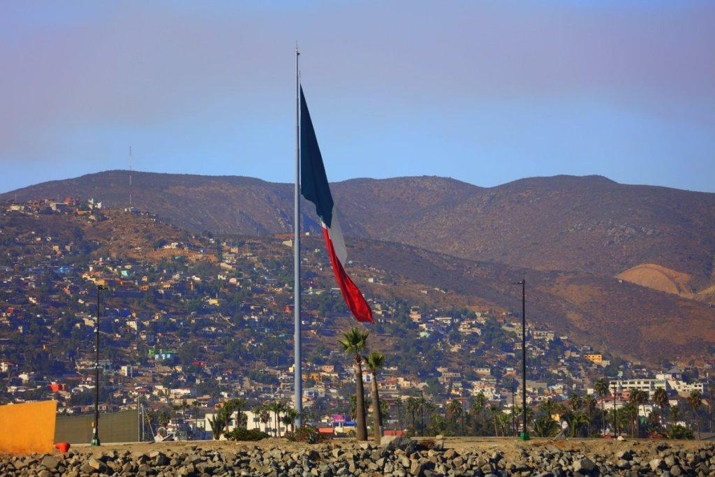 Mexico like things BIG and this flag is massive!  The flag measures 50 meters long / 164 feet by 28 meters/91 feet wide and weighs a staggering 120 kilograms/264lbs. The flag pole stands an impressive 103 metres/337feet in height © Pendana Blog